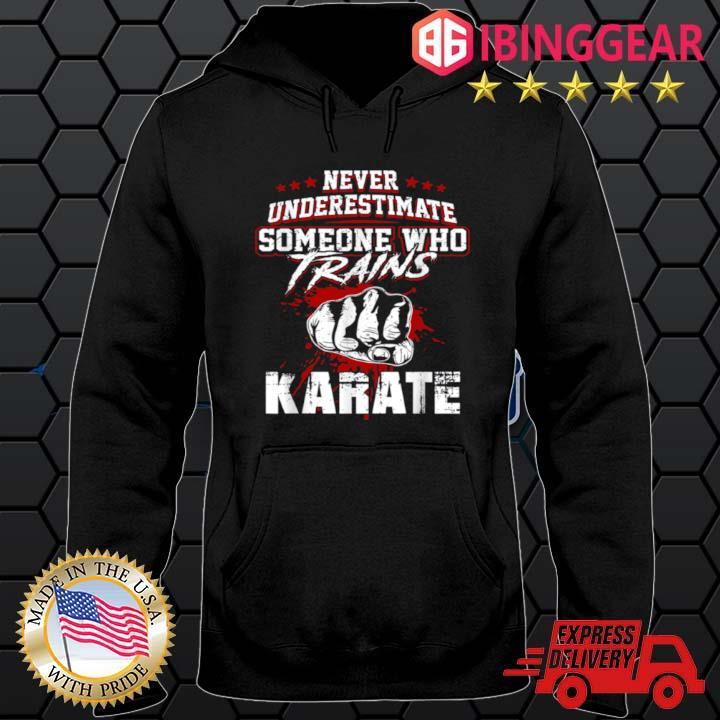 Karates Never Underestimate Someone Trains Shirt Hoodie den